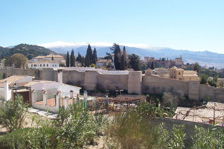 Granada al primer plano. Al fondo Sierra Nevada.