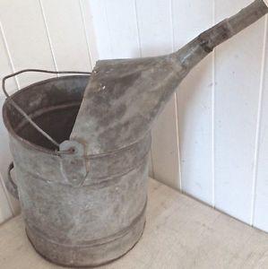 Très ancien arrosoir en fer galvanisé patiné