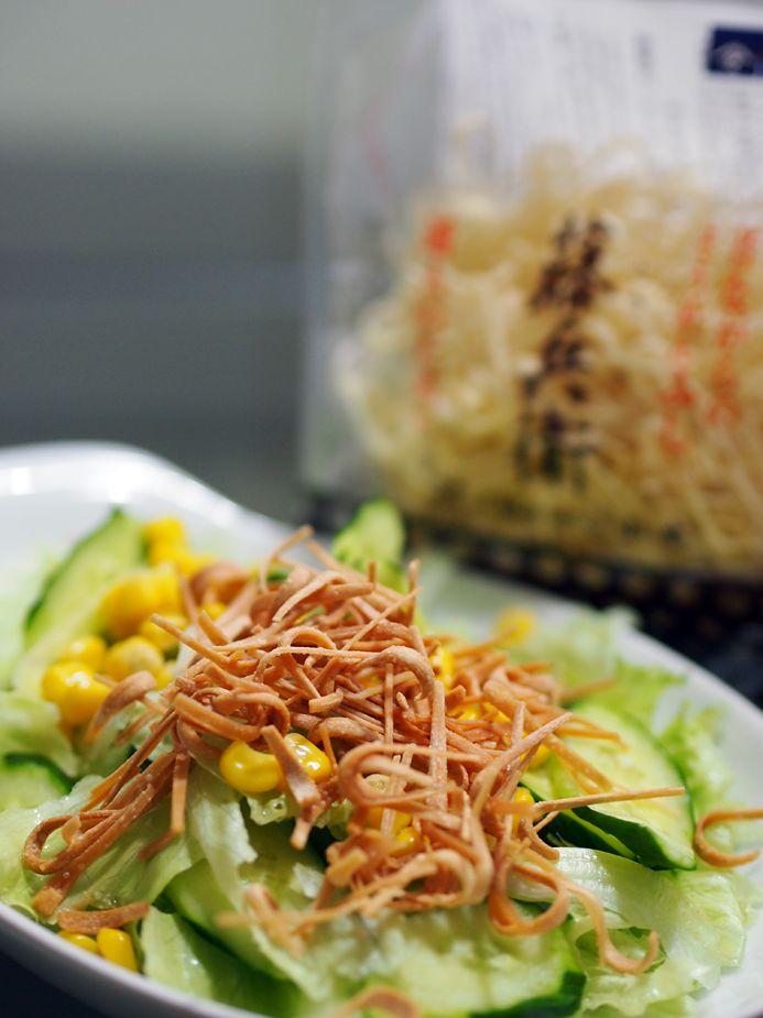 """【Cooking】 伊勢に行った時に買った""""そうめんふし""""なるもの。霧吹きみたいなものでちょっとだけ水を含ませ、素揚げしてたべるそうです。おつまみなどにピッタリ。スープやお味噌汁などに入れても美味とのこと。本日はサラダに。 http://www.miwa-somen.jp/item/104.html"""