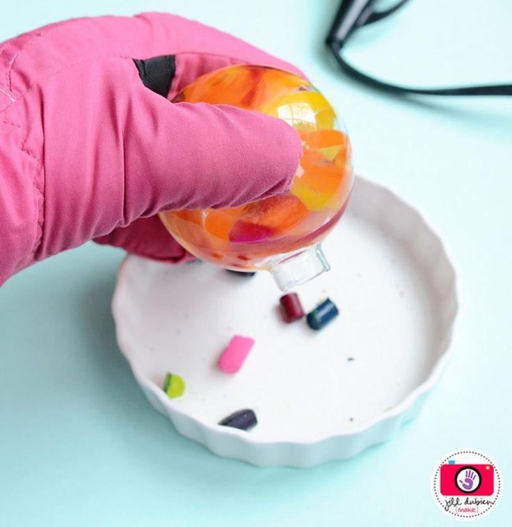 Elle ajoute 3 bouts de craie de cire dans un boule de verre! Attendez de voir ce qu'elle en fait!! - Bricolages - Trucs et Bricolages