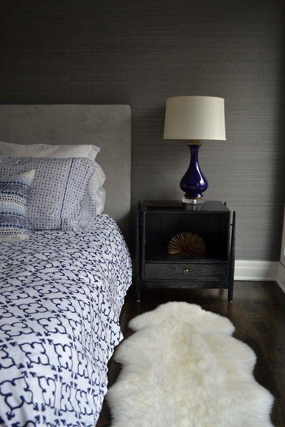 Przytulna sypialnia z naturalnymi okleinami ściennymi (tapetami) z kolekcji Manila Hemp kolor Pewter.