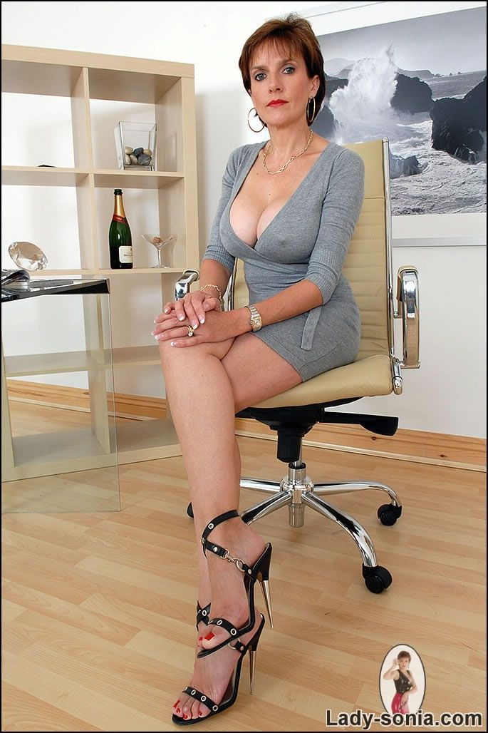 Sonia Xlegs, Sexy Girls, Milf Lady, Lady Sonia, Big Girls, British ...: https://www.pinterest.com/pin/406661041328123678/