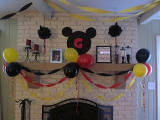 Decoración fiesta Mickey Mouse con colores rojo, amarillo y negro.