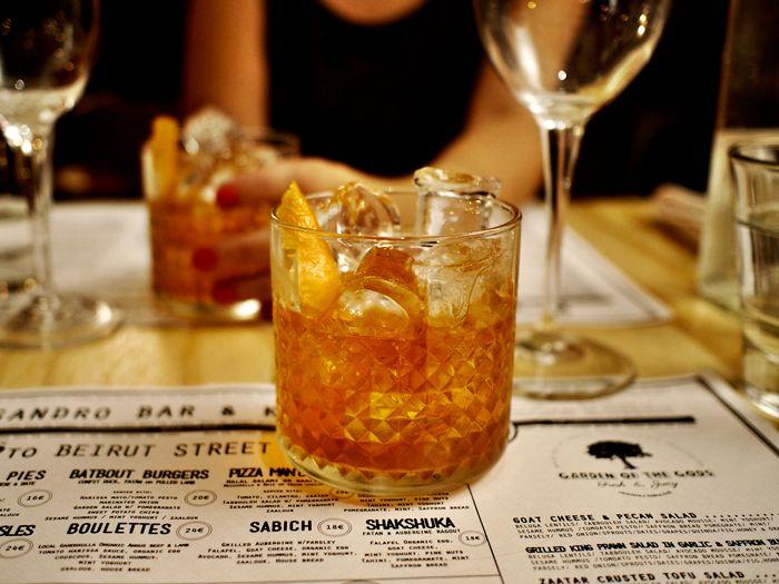 Negroni  * *  1 osa Camparia 1 osa giniä 1 osa punaista vermuttia jäitä (appelsiinisiivu)   * * Vahvan ja kitkerän ystäville.