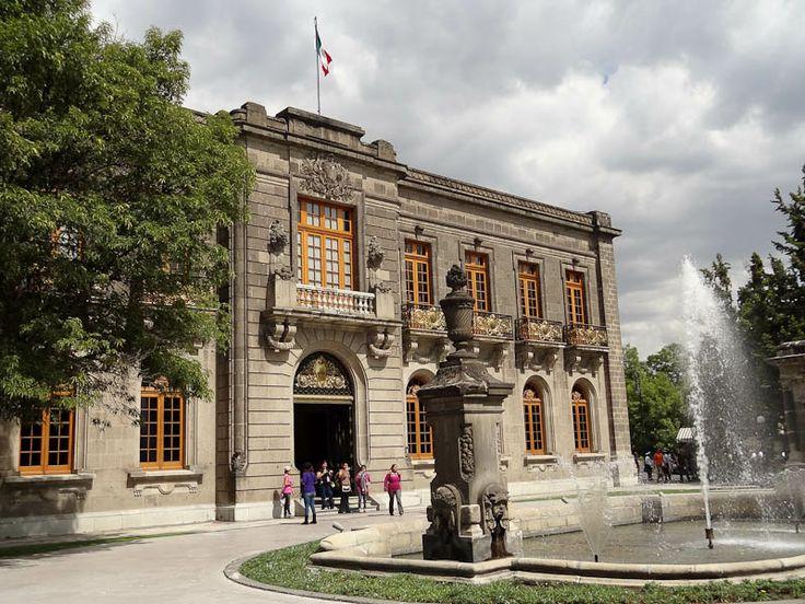 Mi mamá le gusta la historia, así que iremos a la palacio de Chapultepec porque es en una locación sagrado por los aztecas. La palacio es cerca de el parque de Chapultepec-- un parque muy grande. Caminaremos en el parque y veremos la palacio de Chapultepec. El miércoles a las tres de la tarde vamos aquí.