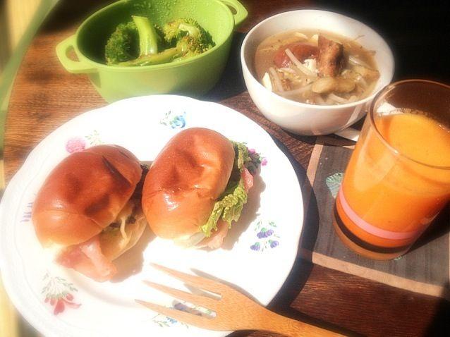 鍋の残りでいつもの朝ごはんに汁物追加 - 3件のもぐもぐ - レタスと生ハムと黒オリーブと干し葡萄とグリルドチーズのロールパンサンドイッチと鍋の残りスープとブロッコリーの自家製ピエトロドレッシングがけとみかんと林檎と人参とバナナの生ジュース by トキロック