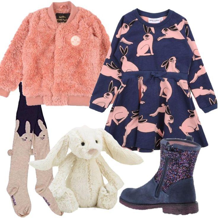 Un outfit pensato per una bimba di sei anni, ideale per tutti i giorni. Vestito in felpa blu con stampa di coniglietti rosa, collo tondo, maniche lunghe, abbinato a bomber in pelliccia sintetica rosa, con collo tondo, collant in tema. Stivaletti in pelle blu, con zip, punta tonda e applicazioni glitter. Piccolo coniglietto in peluche bianco.