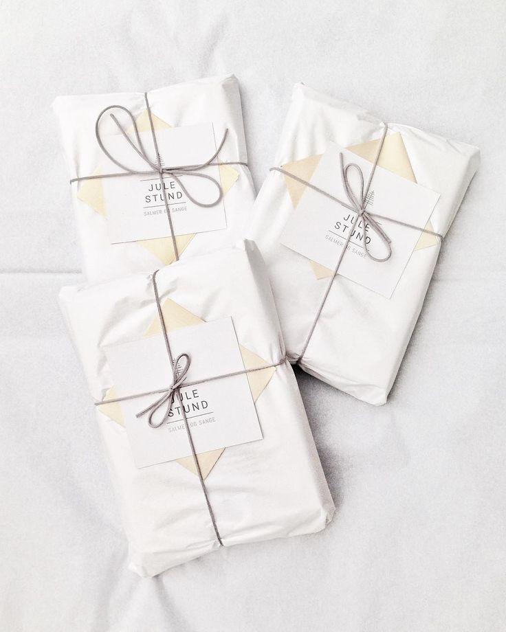 P A K K E R . J U L E S T U N D @julestund @fridajohs #gaver #julepost #pakker #julestund #pakkeleg #gaveide #julegaveide #salmer #sange #juletid #julegaver #julekalender #juletræ #julehæfte #julen2016 #danskjul #indpakning #packagingdesign #packagedesign #julehygge #juletradition #gaveindpakning #salmerogsange