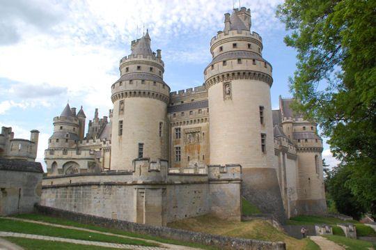 Le château de Pierrefonds Près de Compiègne, ce château est une reconstitution de l'édifice en se basant sur les techniques de défense du Moyen-Age. S'il existait déjà un bâtiment au XIIe siècle, il a été à maintes reprises reconstruit au fil de son histoire.