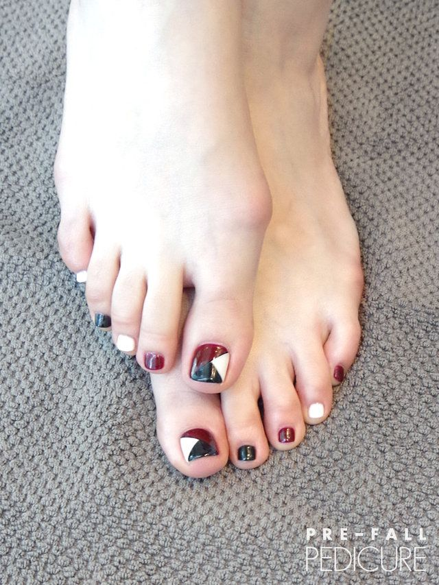 【ELLE】写真1|Bare Foot|ボルドーを差し色にしたモノトーンネイル|エル・オンライン