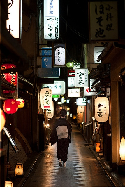 Ponto-cho alley: A traditional street where no modern buildings or signs are allowed. Best at night when the lights come on for tiny restaurants and clubs.