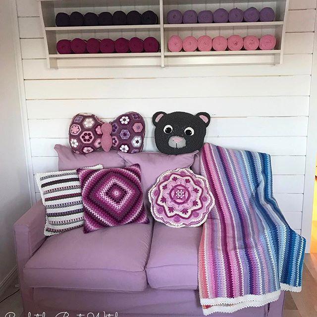 En mysig hörna i min garnbod. 🏡 Kuddar o pläd hittar du mönster till i min blogg - BautaWitch.se. (Fjärilskudden är dock ett betalmönster designat av Jo's Crocheteria.) Allt utom nallekudden är virkat i Catania. Den är virkad i Ribbon XL. Båda garnerna hittar du i alla dess färger i min webbshop - BautaWitch.com. Välkommen! 🌸 #virka #virkat #virkning #virkaholic #mormorsrutor #mandala #vstitch #mandalamadnesscal2016 #bautawitch #crochet #virkstagram #crocheting #crochetaddict #crochetlove