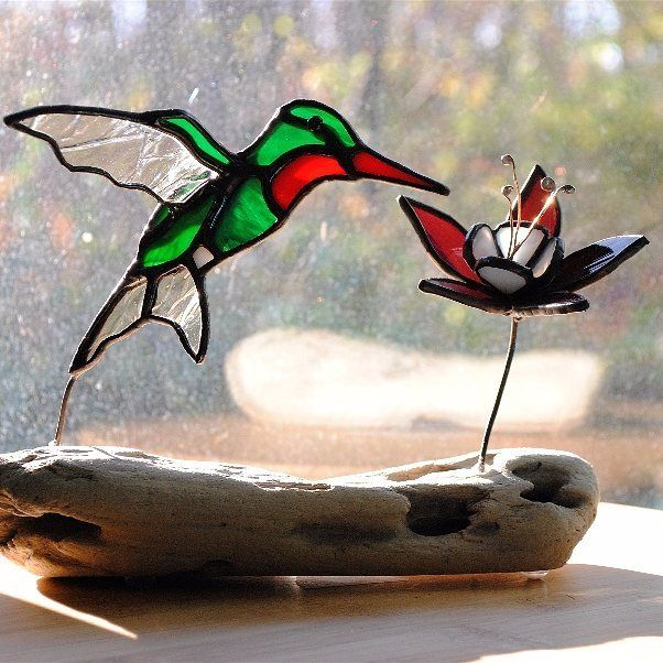 3D ruby throated himmingbird stained glass gift on driftwood. Purple and white columbine flower. #hummingbird #hummingbirdlover #rubythroatedhummingbird #stainedglassbirds #stainedglassart #3dglassart #etsyshop #bethsabode