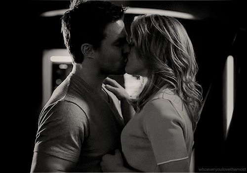 Oliver and Felicity kissing