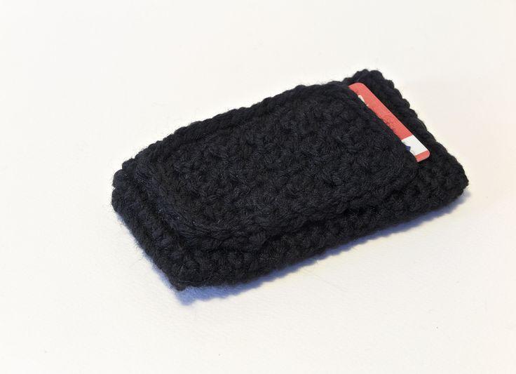 Custodia per smartphone IPhone 6 realizzata in lana nera con aggiunta di taschina porta-tessera.  La taschina esterna può contenere tranquillamente la tessera di qualunque supermercato o, perchè no, il biglietto dei mezzi pubblici che sparisce nelle nostre borse.....