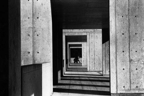 1979 Louis Kahn tarafından tasarlanan Biyolojik Araştırmalar Salk Enstitüsü