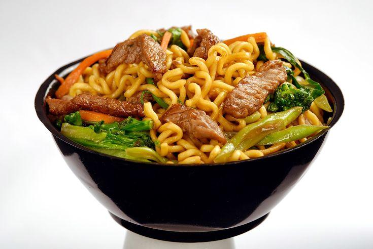 Comida japonesa  Yakisoba: Macarrão integral frito na chapa com carne (vaca, frango ou porco), com legumes, verduras, e molho shoyu.