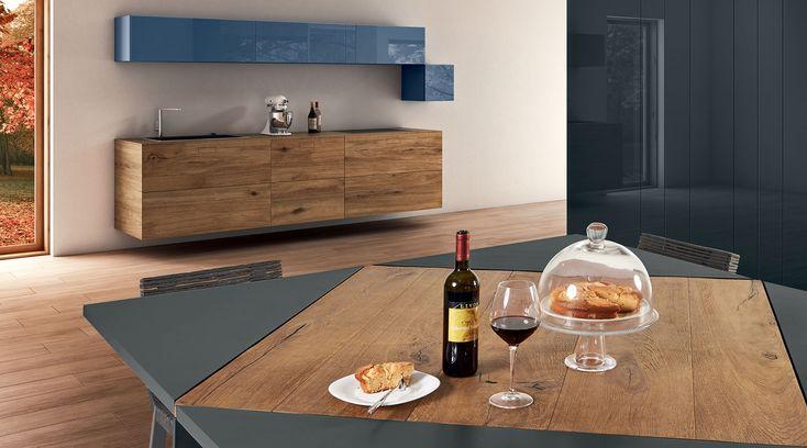Il tavolo quadrato Loto si apre come un fiore passando da 4 a 8 posti a sedere. Scopri le misure e le finiture disponibili.