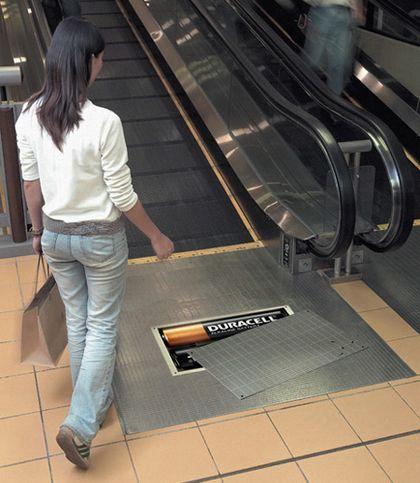 Aquí una bombilla que se enciende al pasar la gente:. Un coche que corre al abrirse al puente:. Lápices en un muñeco:. Pilas Duracell en una escalera mecánica:. Surfeando en la escalera...