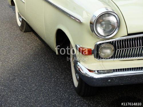 Opel Rekord Oldtimer der Fünfziger Jahre in blassem Pastellgelb bei den Golden Oldies in Wettenberg Krofdorf-Gleiberg in Hessen