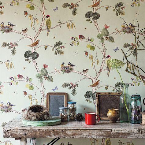 Fågelfest. Tapeten är inspirerad av en förlaga från 1700-talet. Här sitter hackspettar, blåmesar och rödhakar i träden. Woodland Chorus, 702 kr/rullen, Sanderson/Wallpaperdirect.
