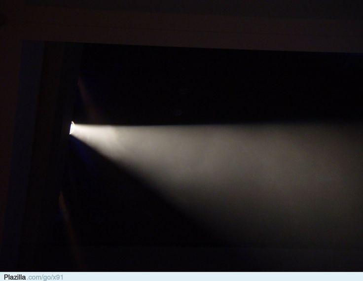 Een lichtje in het duister… In de donkere duisternis staat een jonge vrouw. Haar lange bruine haren wapperen heen en weer door de wind die door deze duisternis heen woed. De wind voelt koud