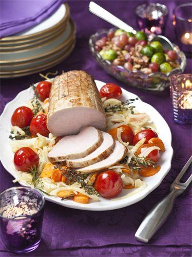Er zijn weinig stukken vlees kerstiger dan de rollade natuurlijk. René Pluijm deelt daarom een heerlijk recept voor slow cooked rollade. Om te laten zien hoe makkelijk u het kunt maken nemen we in de video in het iPadmagazine alvast de proef op de som. Recept uit: de Coop Keukentafelgids winter 2013-14.