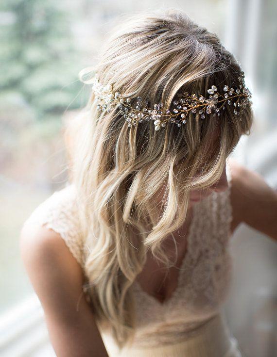 Este hermoso boho alambre pelo vid, corona de flores disponible en caliente tono oro o plateado, es un broche precioso para la novia de boho