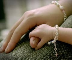 <3 Mother & Daughter Hands w/ pearl bracelets!!! <3                                                                                                                                                                                 Mais