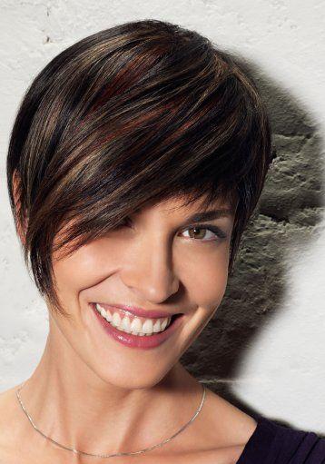 Le coiffeur de cette femme a joué avec l'asymétrie au niveau de la frange. En effet, on peut remarquer qu'elle est plutôt courte sur un côté, mais qu'elle est très longue de l'autre côté, camouflant un oeil et se terminant sur la joue. Par ailleurs, la coupe courte est très jolie et la coloration brun foncé avec quelques mèches cuivrées donne du caractère à l'ensemble.