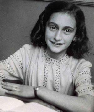 Ana Frank es una niña judía que, durante le Segunda Guerra Mundial, tiene que esconderse para escapar a la persecución de los nazis. Junto con otras siete personas permanece escondida en la «casa de atrás» del edificio situado en el canal Prinsengracht n° 263, en Ámsterdam. Después de más de dos años de haber estado ocultos, los escondidos son descubiertos y deportados a campos de concentración.