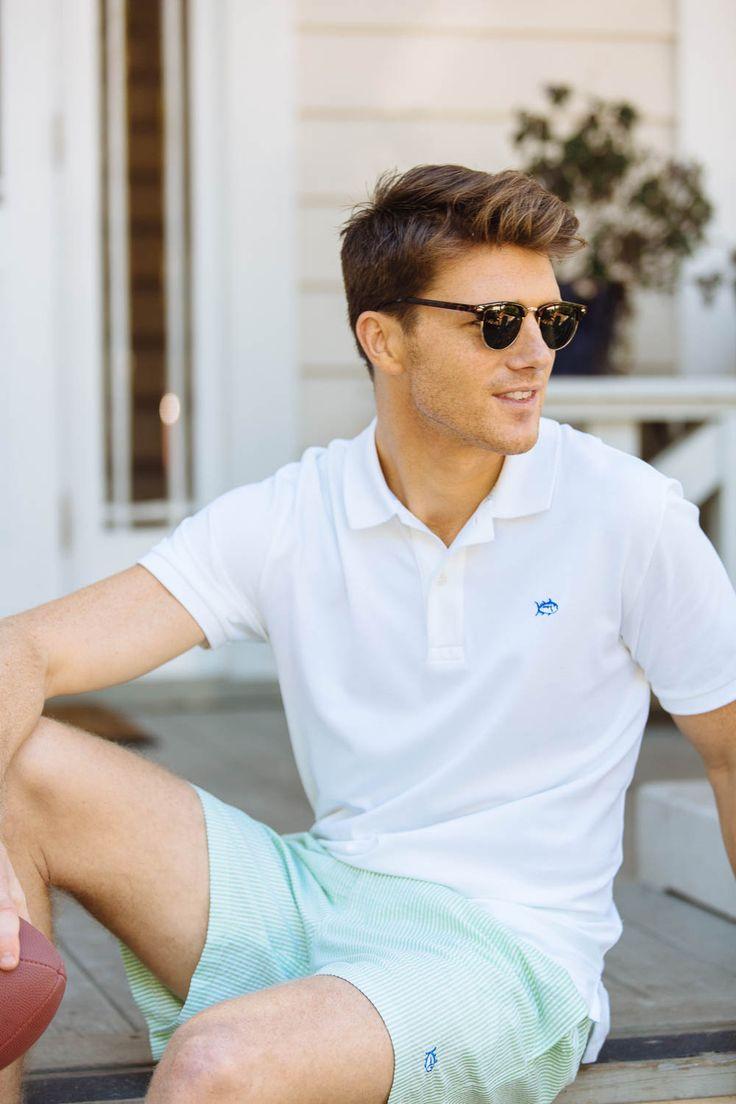 Klassisch und aktuell zugleich: Weißes Polo zu türkisgestreiften, weißen Seersuckershorts. | Skipjack