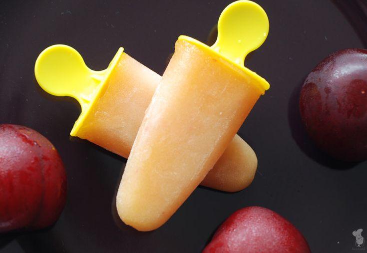 Plum popsicles / pruimenijsjes - zeker nu het volop pruimentijd is een aanrader om te maken! Recept is te vinden via de bron.