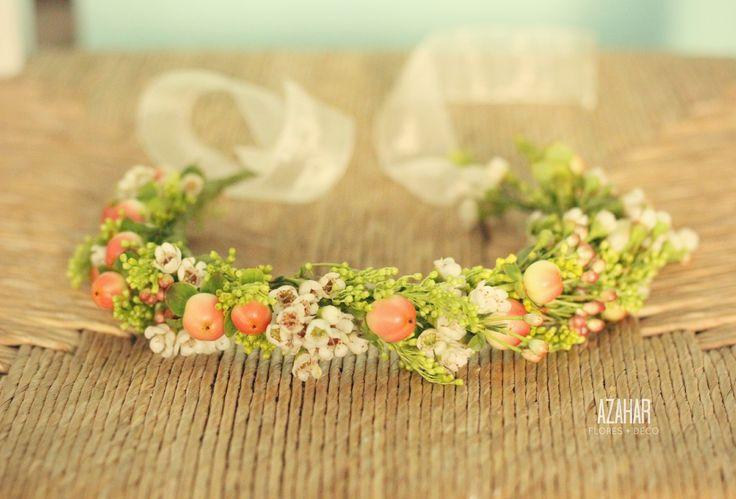 Cintillo para las pajes de Mònica, en flor de cera, hipérico y wax. #flower #crown #tocado #flores