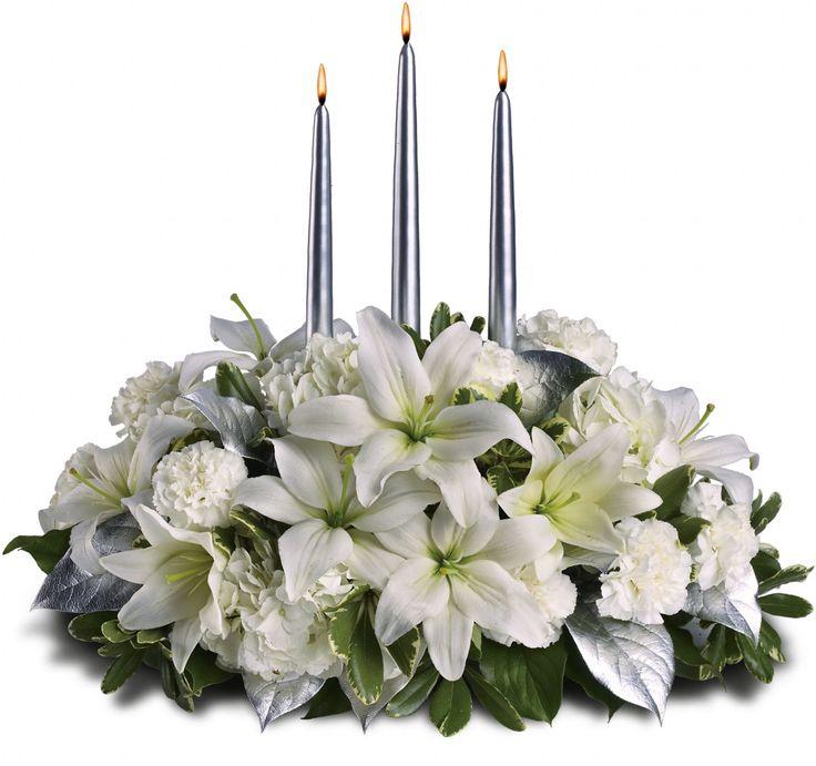 Flores brancas, incluindo hortênsias, lírios asiáticos e cravos, são combinados com salal verde profundo, pittosporum variegada e prata, com três velas prateadas.  Fotografia: Teleflora.com.