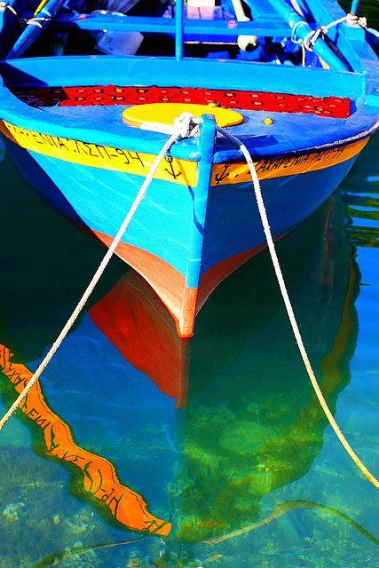 Es hermosa la manera en que se reflejan los colores sobre el agua : reflexion