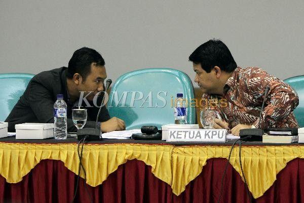 Ketua KPU Husni Kamil Malik (kanan) berbincang dengan Komisioner KPU Sigit Pamungkas saat memimpin rapat pleno terbuka penyempurnaan Daftar Pemilih Tetap (DPT) Pemilu DPR, DPD, DPRD Tahun 2014 yang diikuti oleh KPU, Bawaslu dan perwakilan partai politik tingkat pusat di Gedung KPU, Jakarta Pusat, Selasa (25/3/2014). Dalam rapat tersebut KPU menyatakan jumlah pemilih dengan nomor induk kependudukan (NIK) invalid sebanyak 124.814 pemilih,