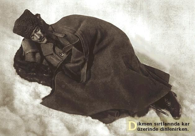 Emir gölü yolunda ( Dikmen sırtlarında ) yorulan Atatürk 12 Şubat 1921 de karlar üzerinde bir abayla uyur . Masum bir çocuk gibi ama vakar bir komutandır.