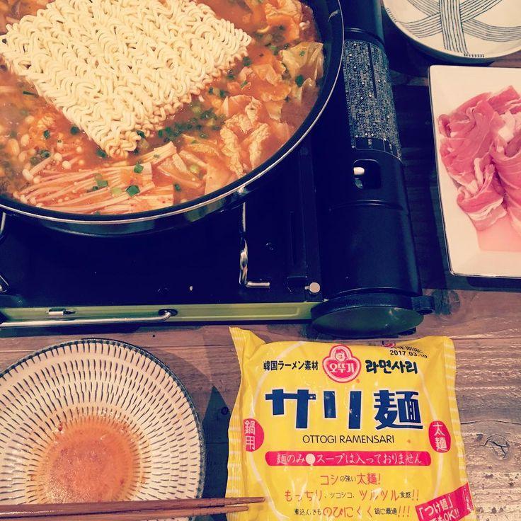 プデチゲ(スープ分量 2〜3人分)  ・唐辛子味噌(コチュジャン)大さじ1/2  ・韓国産粉唐辛子 大さじ2  ・みじん切りにしたニンニク 大さじ1  ・醤油大さじ1  ・砂糖大さじ1/2  ・煮干しスープ 1,000ml  ・塩と胡椒 適当  基本的な材料 プデチゲで必ず入れたいのは、豆腐とネギ、インスタント麺、ソーセージ(スパム)、キムチ、チーズ、トックの7品。その他はお好みできのこや野菜類、肉を入れます。