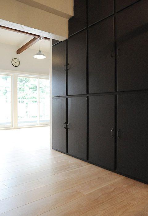 #リノベーション #収納  空間を引き締める黒い収納扉は、天井まであり、収納力もバッチリ!