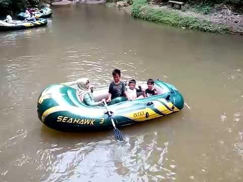 Naik Perahu di Wana Wisata Kampoeng Ciherang