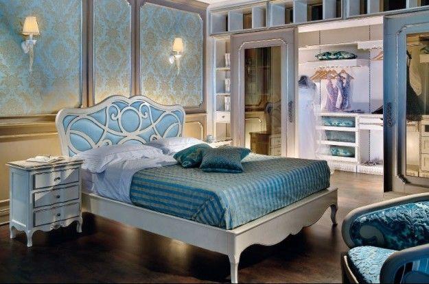 Camera da letto bicolor - Camera da letto in stile liberty con carta da parati azzurra sulla parete