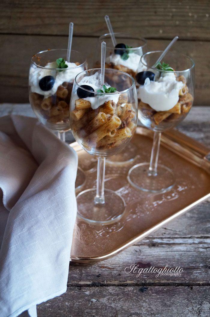 Insalata di pasta con pesto di pomodori secchi e stracciatella