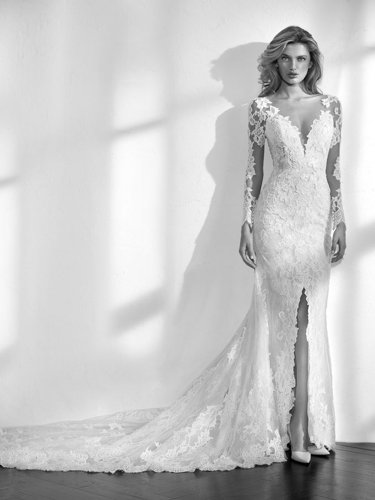 Spectacular mermaid wedding dress in lace. A very feminine design that gives a discreet glimpse of the leg with a slit in the skirt and seduces with its plunging V-neck. The long sleeves and back with illusions create a very sensual second-skin effect. The detachable lining allows the bride to play with the illusion effect of the entire dress.