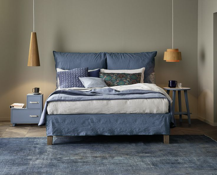 Fly news 2016 by Letti&Co Upholstered knock-down bed. Adjustable slat supports. Feet in solid wood: natural walnut, black, white or grey finish. Upholstered double headboard composed by two cushions with removable cover. Removable cover, free fastening with over-lock stitching. design by Paola Navone