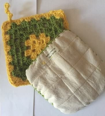 Set da cucina: presine e sottopentola a uncinetto, in due colori, con imbottitura riciclata da un vecchio asciugamano.