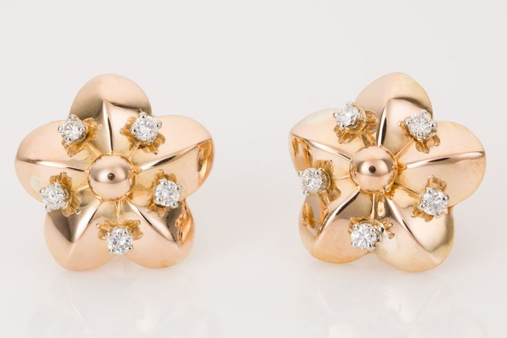 18k Yellow Gold & Diamond floral cluster earrings. So pretty and look so cute on the ears, these flower studs are each set with 6 diamonds giving a hint of sparkle. Beautiful and elegant. Available from www.1stdibs.com - The Jewellery Trading Company