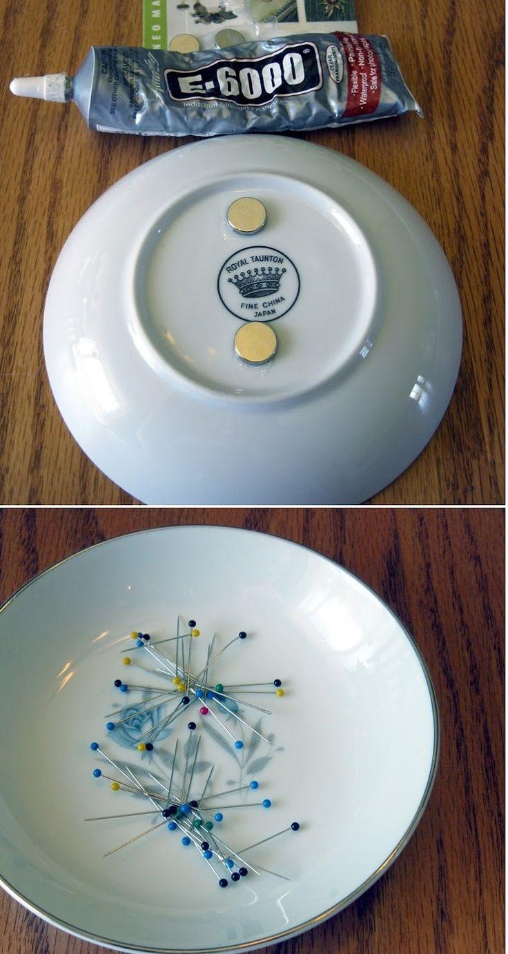 Knappnålsförvaring Fäst magneter (med t.ex. lim) på undersidan av en porslinstallrik och använd den till att förvara dina knappnålar. Ett idiotsäkert sätt att aldrig tappa bort dem och inget mer pill med knappnålskuddar.