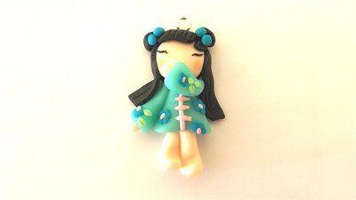"""Dalla serie """" MONDO KOKESHI"""" CIONDOLO CHARMS  bambole giapponesi 4,5 cm -    - con KIMONO CELESTE - portafortuna     - FIMO -   - idea regalo - natale -"""