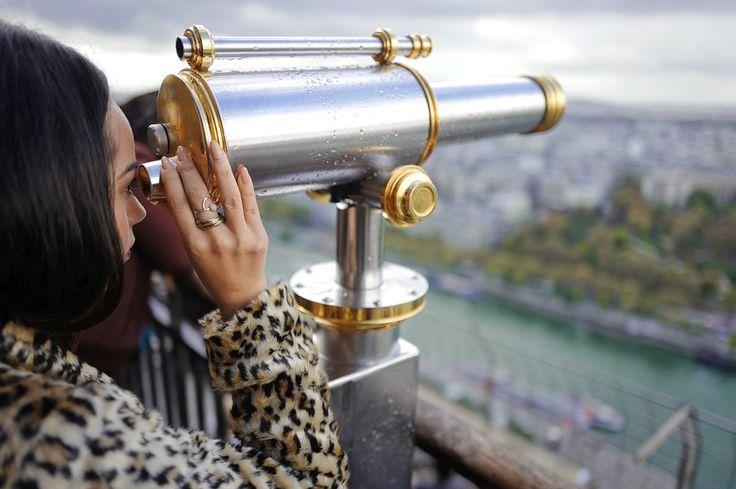 Das Fernrohr. Die Fernrohre.  Oder: Das Teleskop. Die Teleskope.  Die Frau blickt durch ein Fernrohr.